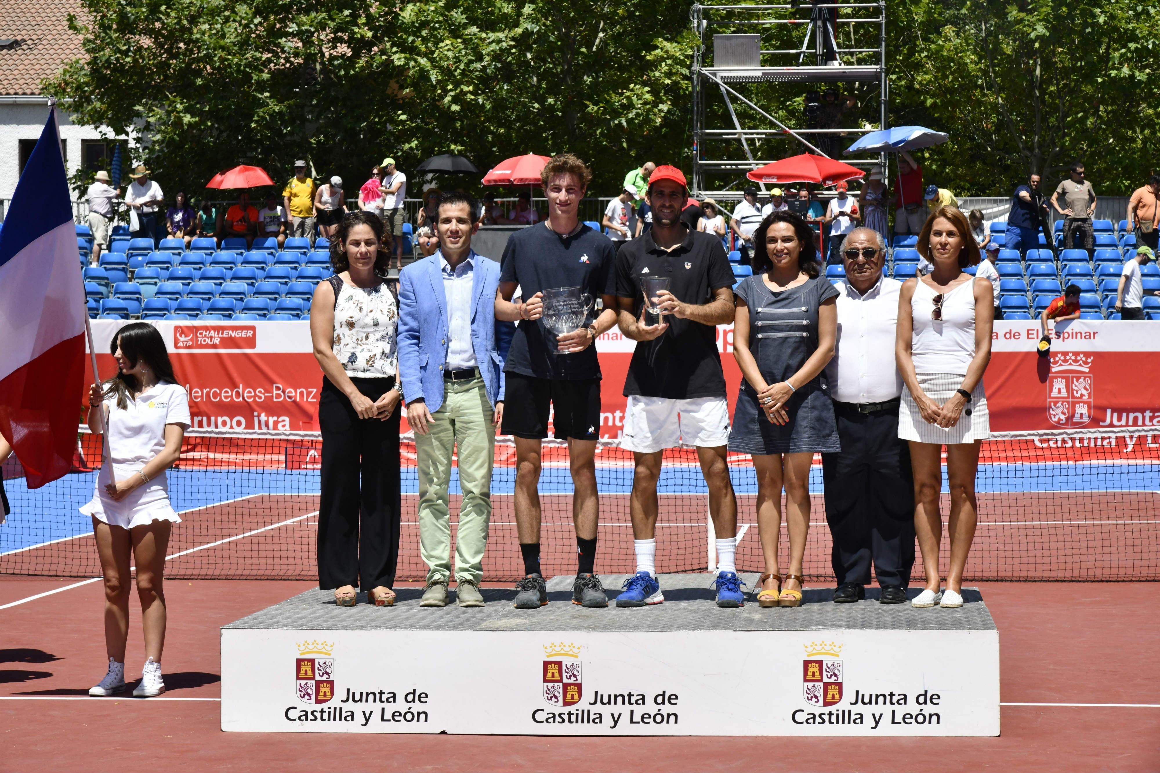 Autoridades con los finalistas en la entrega de premios